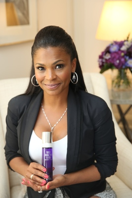 TV & Film Actress Nia Long Dazzles and Shines with NEW White Diamonds Lustre Elizabeth Taylor (PRNewsFoto/Elizabeth Arden)