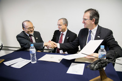 Sikorsky Vice President Chris Van Buiten (right) and ITA Vice Dean Fernando Sakane shake hands to seal the new collaboration with ITA. Antonio Pugas, Sikorsky Regional Sale Executive for Latin America looks on.