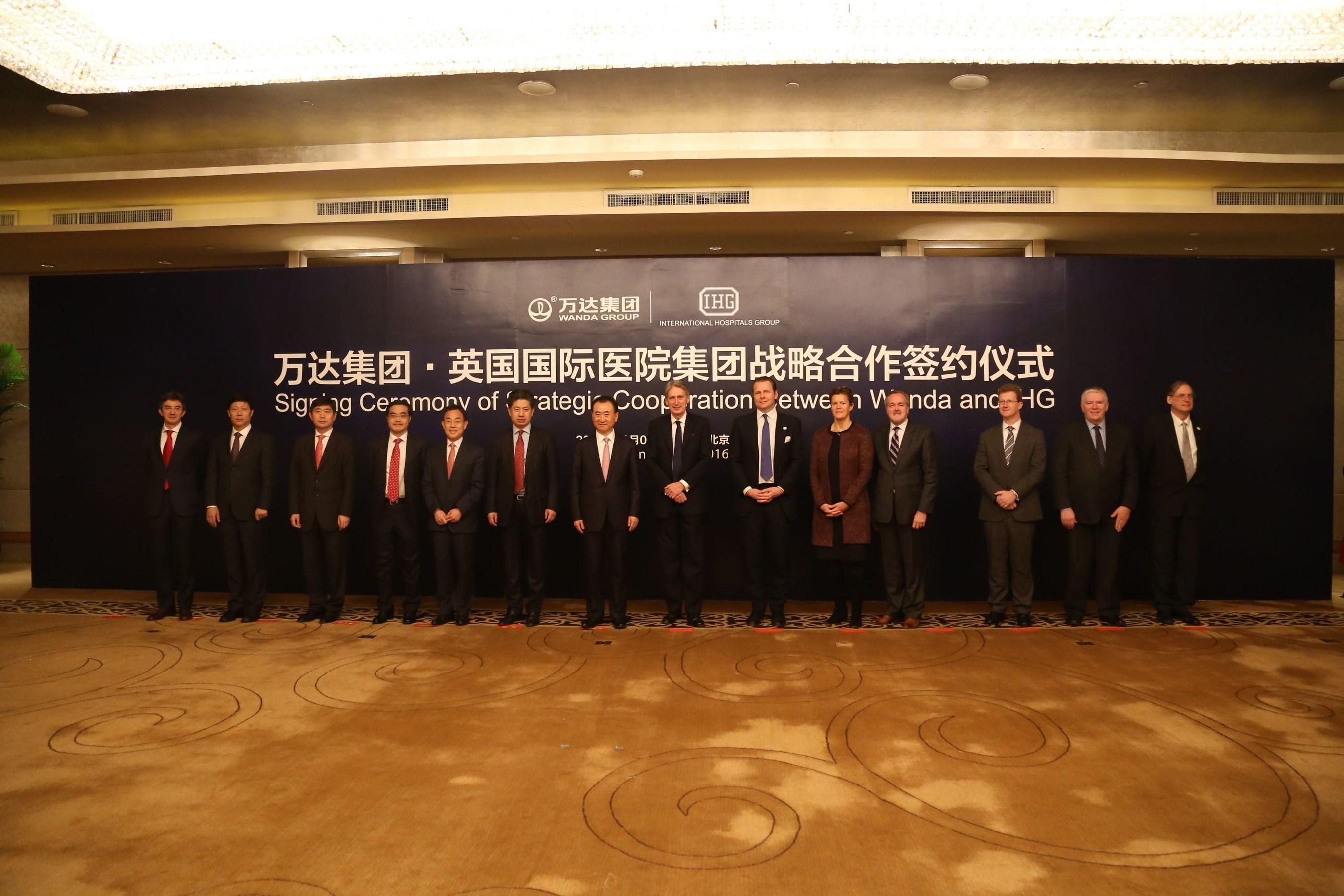 The Foreign Secretary Phillip Hammond, Wanda Chairman Wang Jianlin and IHG Chairman Asia Chester King alongside Wanda and IHG representatives at the signing of the exclusive 10 year agreement. (PRNewsFoto/IHG) (PRNewsFoto/IHG)