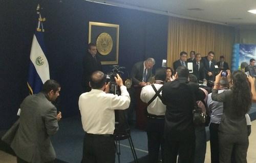 SolarReserve's CEO Kevin Smith signs contract to supply 20 MW of solar power in El Salvador. (PRNewsFoto/SolarReserve)