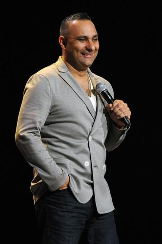 El Celebrado Comediante Russell Peters Estrena Especial y Docu-serie el 14 de Octubre, Solo en
