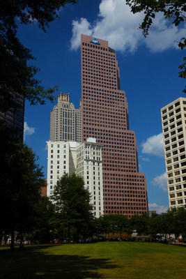 Bearing the blue Georgia-Pacific logo, this 52-story skyscraper is an iconic part of Atlanta's skyline and was widely praised as a pioneering step in the revitalization of downtown in the 1980s.