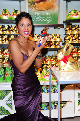 Today, Lindt USA kicked off the 2nd Lindt Gold Bunny Celebrity Auction with singer, songwriter and mother of a son with autism Toni Braxton in New York. Lindt is auctioning off 85 celebrity autographed, porcelain versions of the iconic Lindt Gold Bunny at www.ebay.com/lindtgoldbunny through April 9, with 100 percent of proceeds donated to Autism Speaks.  (PRNewsFoto/Lindt USA)