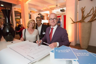 Artist Rafael Neff, designer of the Automechanika Calendar 2016, signing his piece of art. (PRNewsFoto/Messe Frankfurt Exhibition GmbH)