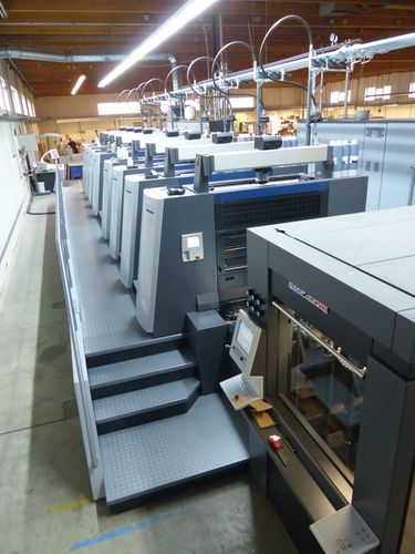 By investing more than EUR three million, Onlineprinters, the internationally operating online print shop, has expanded the production facilities at its German site. Onlineprinters has further increased its printing volume with the new Heidelberger Speedmaster XL 106-8P. The number of printing units in the in-house production thus totals 90. The high quality of the printed products is confirmed by the re-certification according to ProcessStandard Offset (PSO). Copyright: Onlineprinters GmbH