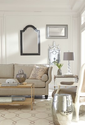 Sherwin-Williams Alabaster (SW 7008) visto en una sala familiar