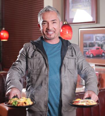 Cesar Millan el domador de los Sizzling Skillets de Denny's.  (PRNewsFoto/Denny's)