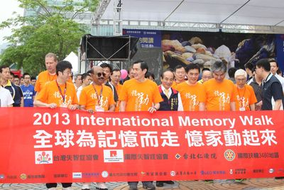 Prof. Ming Jang Chiu, Chairman Taiwan Alzheimer's Disease Association, Dr. Jacob Roy, Chairman Alzheimer's Disease International, President Ma Ying-jeou of Taiwan at the start of the International Memory Walk