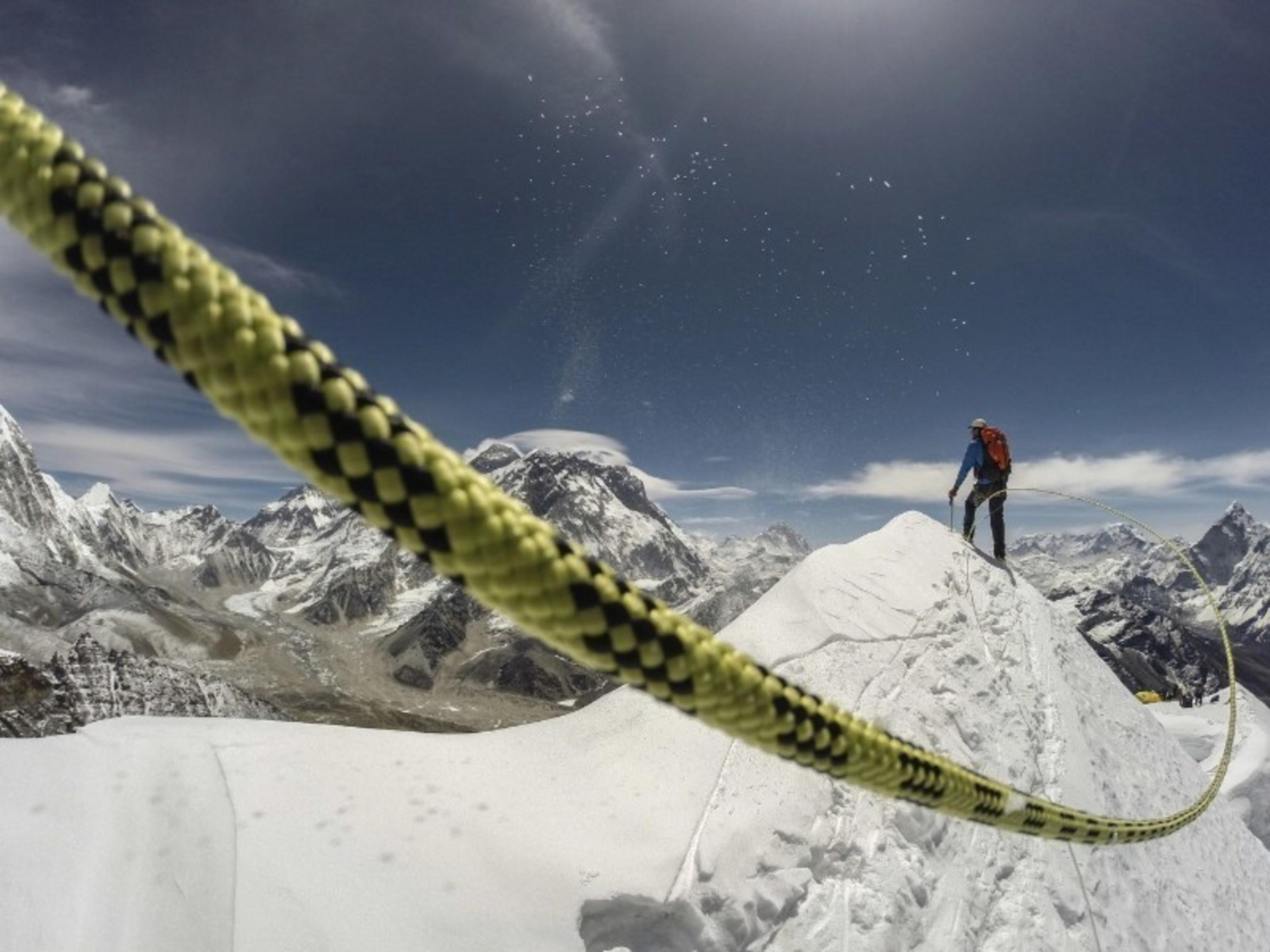 Imagen de un guia sherpa escalando el Everest, extraida del documental SHERPA, HEROES DEL EVEREST. Estreno 24 de abril a las 9PM en Discovery en Espanol.