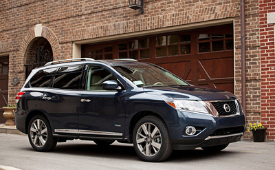 The battery in the 2014 Nissan Pathfinder Hybrid is located under the vehicle so no seating or storage capacity is sacrificed. (PRNewsFoto/Briggs Nissan)