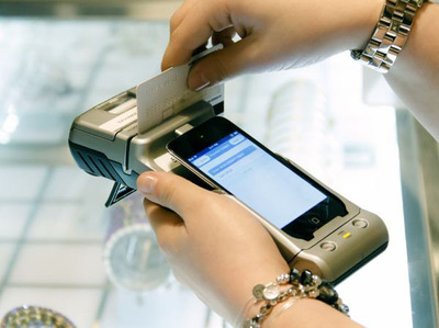 The iAPS device at Alex and Ani. (PRNewsFoto/Daily Systems LLC) (PRNewsFoto/DAILY SYSTEMS LLC)
