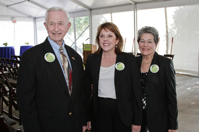Mayor of Pearland Tom Reid, HCA Gulf Coast Division President Maura Walsh and Mayor of Manvel Delores Martin celebrate at the HCA Affiliated Pearland Medical Center Groundbreaking on Tuesday, September 17, 2013.  (PRNewsFoto/HCA Gulf Coast Division)