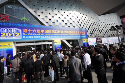 Visitors are waiting in lines to get in before DenTech China 2012 officially opens.(PRNewsFoto/UBM ShowStar)