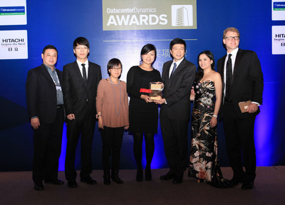 Wang Qi, Vice President of GDS (third from right), Liang Yan, Vice President of GDS (fourth from right), and Du Qiu, Vice President of GDS (first from left) receive the Innovation in Outsourcing Award on behalf of GDS.  (PRNewsFoto/Global Data Solutions)