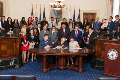 CHCI Chair Rep. Ruben Hinojosa and Lambda Theta Phi National President Jose Grajales sign an agreement between the two organizations on July 30, 2014. (PRNewsFoto/CHCI)