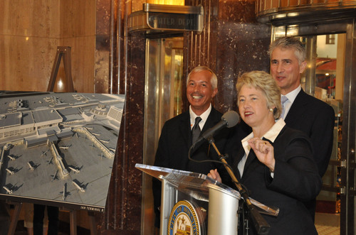 Houston Mayor Annise Parker announces $1 billion improvement project for Terminal B at George Bush Intercontinental Airport (IAH). Mario C. Diaz (left) is the director of aviation for the Houston Airports. Jeff Smisek (right) is president and CEO of United Continental Holdings, Inc.  (PRNewsFoto/Houston Airport System)