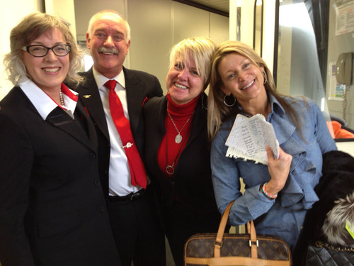 Left to right: Two Delta flight attendants, Flight Attendant KrisAnne Carolus, and Kailen Rosenberg. Rosenberg, founder of The Love Architects, poses with Delta Airlines flight attendants and passenger notes after matchmaking in-flight on her way to the Golden Globes in Los Angeles. (PRNewsFoto/Kailen Rosenberg/Love Architects) (PRNewsFoto/KAILEN ROSENBERG)
