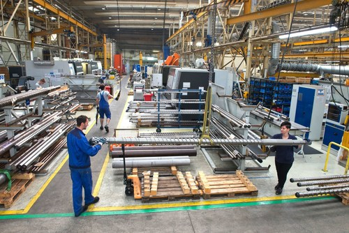 Production of screws of various sizes on the production floor in Munich; the screws are part of the core ...