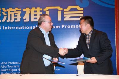 Jiuzhai Vally signed cooperate agreement with Wendy Wu Tours. (PRNewsFoto/Jiuzhai Valley) (PRNewsFoto/JIUZHAI VALLEY)
