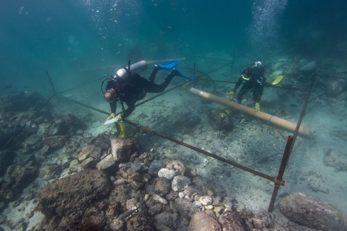 Divers excavating the wreck site (PRNewsFoto/Oman's Ministry of Heritage) (PRNewsFoto/Oman's Ministry ...