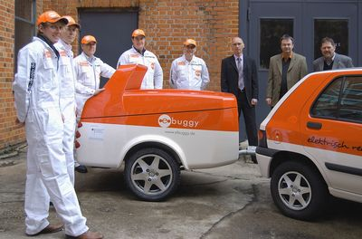 ebuggy offers electric cars unrestricted mobility on motorways, with no range limitations. ebuggy plans a network of ebuggy relay stations at which drivers of electric cars can hitch up battery trailers. The picture shows the ebuggy team with the prototype ebuggy, which has proved effective (www.ebuggy.com).