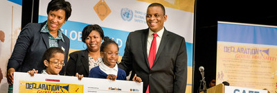 Mayor Muriel Bowser, students from Shepherd Elementary School, Principal Jamie Miles and Secretary of Transportation Anthony Foxx holding the Child Declaration for Road Safety.