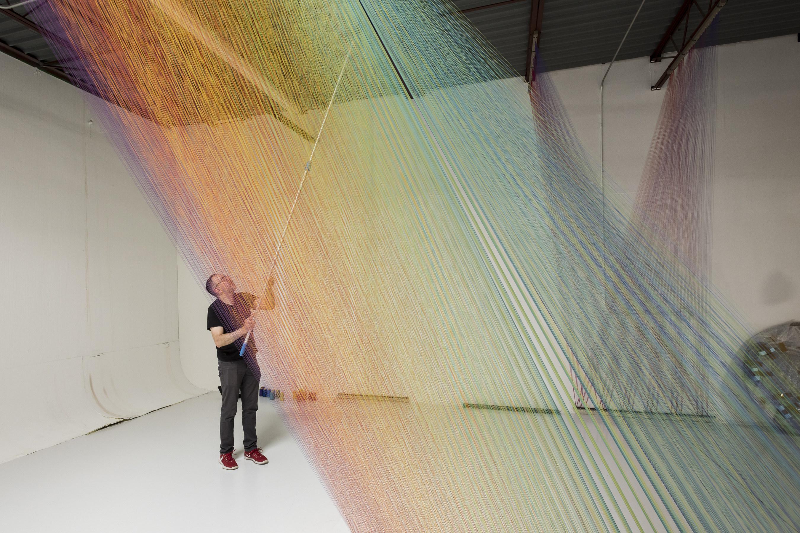 El artista Gabriel Dawe trabaja en su estudio de Dallas preparando su instalacion en el Museo de Arte Americano Amon Carter.