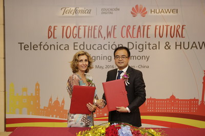 Signing Ceremony of TED & Huawei, (from left to right): Ms. Carolina Jeux, CEO of Telefonica Educacion Digital, Mr. Xu Chengxin, President of Huawei Learning Services