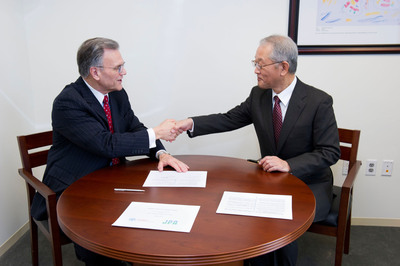 Peter L. Saltonstall of NORD and Tateo Ito of JPA sign agreement.  (PRNewsFoto/National Organization for Rare Disorders (NORD))