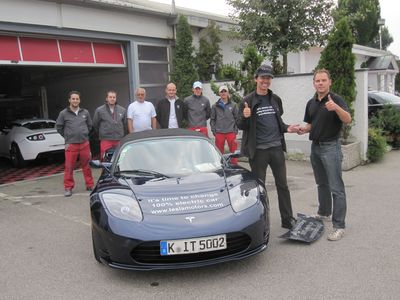 Just 3 days after the crash, the Tesla Service Team is handing over the key to Rafael. He left Munich yesterday at 5pm to continue his race around the world from the point of the accident.