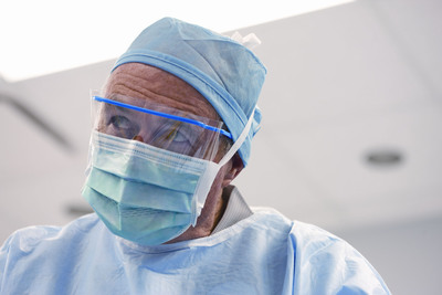 The Smart-Seal™ surgical mask features closed-cell foam and a fog-reducing vapor barrier. Its large chamber with two rows of sonic bonds helps keep the mask filter away from the wearer's face and minimize distractions.