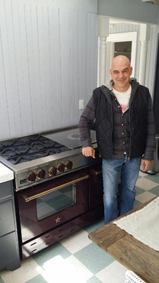 Chef Michael Symon at home with his new restaurant-quality BlueStar range (PRNewsFoto/BlueStar) (PRNewsFoto/BLUESTAR)