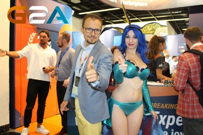 Bartosz Skwarczek, CEO of G2A and Giada Robin, cosplayer at Gamescom 2015 (PRNewsFoto/G2A.com)