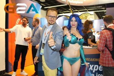 Bartosz Skwarczek, CEO of G2A and Giada Robin, cosplayer at Gamescom 2015 (PRNewsFoto/G2A.com)