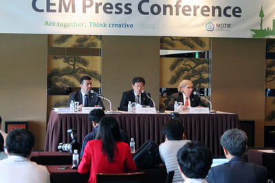 Closing press conference for the fifth Clean Energy Ministerial (CEM5). L-R: Leonardo Beltran Rodriguez, Undersecretary of Planning and Energy Transition, Ministry of Energy, Mexico; Yoon Sang-jick, Minister of Trade, Industry and Energy, Republic of Korea; Ernest Moniz, Secretary of Energy, United States. Photograph courtesy of IISD/Earth Negotiations Bulletin. (PRNewsFoto/Clean Energy Ministerial )
