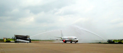 "A Viva Aerobus 737 arrives at Dallas/Fort Worth International Airport to a water cannon ""shower of affection"" salute, as the carrier begins service at DFW."
