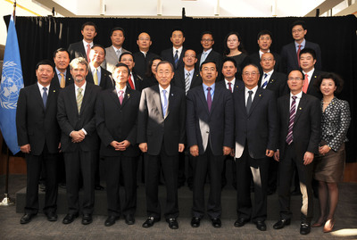 Mr. Ban Ki-moon, the United Nations Secretary-General, poses for a group photo with CEC members at the United Nations Headquarters, New York.  (PRNewsFoto/China Entrepreneur Club)