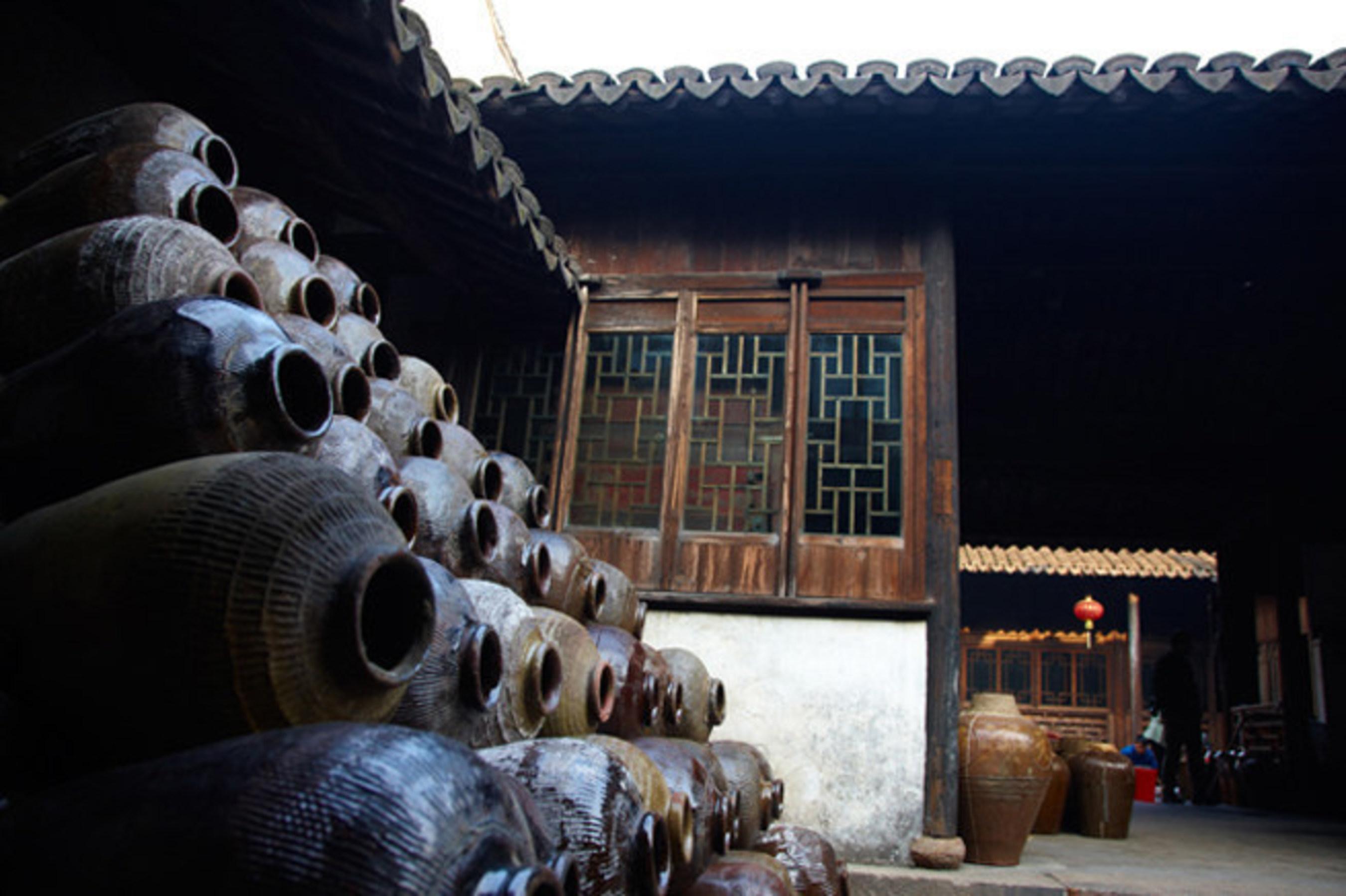 Historische volkstümliche Schnapsbrennerei in Zhouzhuang braut gelben Reiswein und Geschichte