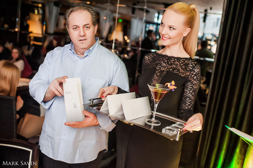 Michel Lombardi presents the world's most expensive cocktail at Reka Moscow. (PRNewsFoto/Reka Moscow) ...