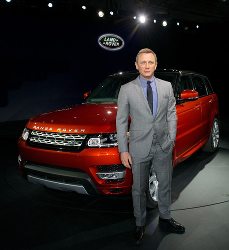 Daniel Craig unveils the All-New Range Rover Sport with a live drive through the streets of New York. (PRNewsFoto/Land Rover) (PRNewsFoto/LAND ROVER)