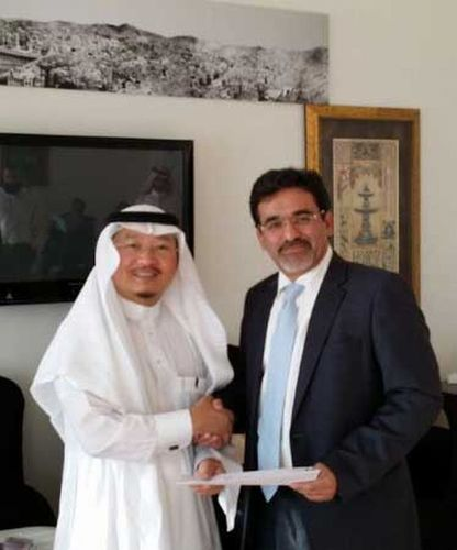 Dr Ibrahim Alsini from Dhyafat Albalad Alameen and Dr Hani Azzouqah from Peaks Cube signing an agreement for the Makkah Map Project. (PRNewsFoto/Peaks Cube)