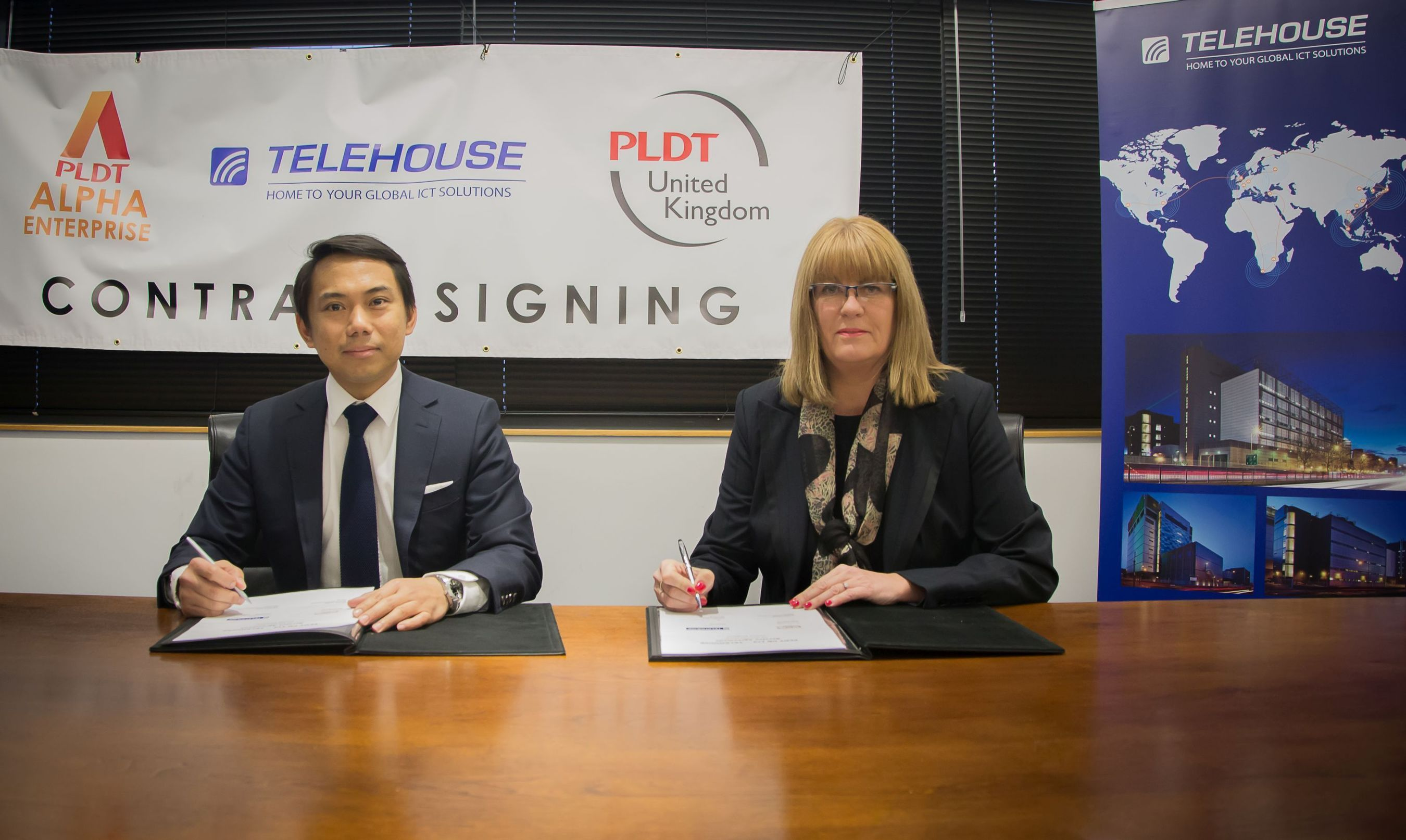 (L to R) Oliver Calma, General Manager at PLDT UK and Michelle Reid, Sales and Marketing Director at Telehouse, sign contracts. (PRNewsFoto/Telehouse)