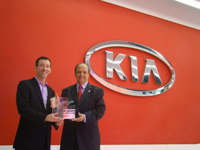 2013 Kia Rio honored with a MotorWeek Best Subcompact Car Drivers' Choice Award - Michael Sprague, executive vice president of marketing & communications, Kia Motors America (left); John Davis, executive producer and host, MotorWeek (right). (PRNewsFoto/Kia Motors America) (PRNewsFoto/KIA MOTORS AMERICA)