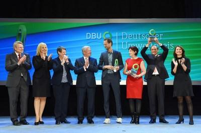 Creatieve koppen als pioniers voor globale duurzame strategieën (van links naar rechts): Dr. Heinrich Bottermann (DBU), Ulrike Scharf (Beierse minister van Milieu), Barbara Hendricks (Duitse minister van Milieu), duitse Bondspresident Joachim Gauck, prijswinnaars van duitse milieuprijs the entrepreneur Bas van Abel, the scientist Prof. Dr.-Ing. Angelika Mettke and the entrepreneur Walter Feeß en Rita Schwarzeluhr-Sutter (voorzitter van de raad van bestuur van de DBU en parlementair staatssecretaris van Milieubeheer). (PRNewsFoto/DBU)