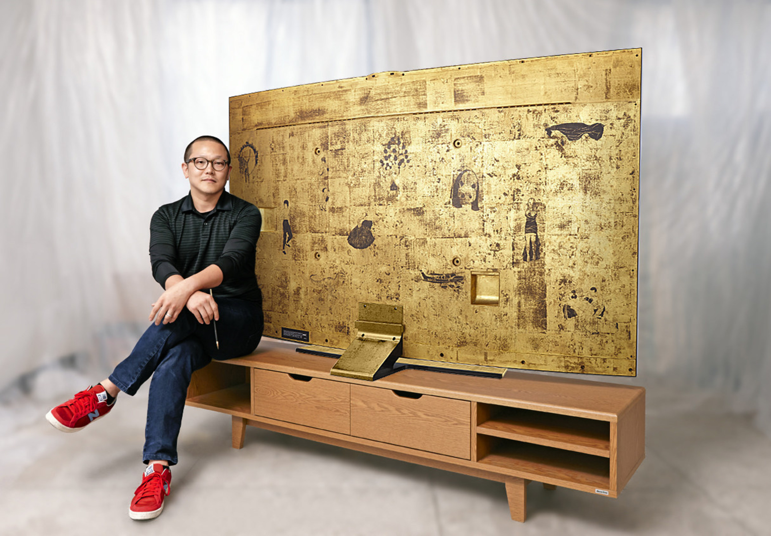 """Rising Korean artist Sung Yong Hong with the Special Edition 78"""" Samsung Curved UHD TV."""