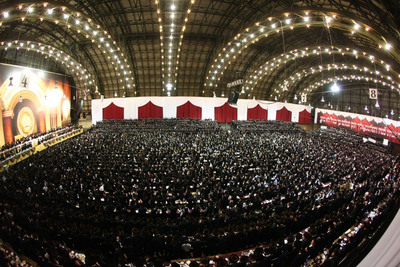 A view of the crowd of approximately 30,000 Satmar Hasidim at the NY State Armory in Brooklyn.  (PRNewsFoto/True Torah Jews)
