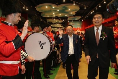 Chairman of Sanpower Group, Yuan Yafei (left), and Deputy Mayor of Nanjing City, Huang Lan (right), walk through the new Hamleys Store in Nanjing (PRNewsFoto/Hamleys)