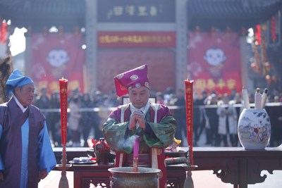 Zhouzhuang's New Year celebrations begin with Ming Dynasty businessman Wansan presiding over the opening rituals