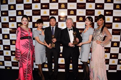 Song Jianguo, general manager of the marketing department of the Paris office of Hainan Airlines (3rd from left) and Graham E. Cooke, president and founder of World Travel Awards(4th from left) , attending the ceremony