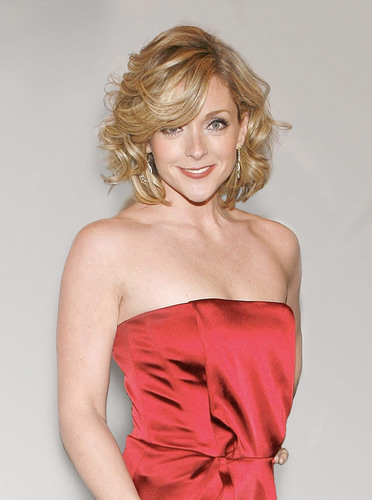 Tony Award winning actress Jane Krakowski will receive The Spirit of Life(R) Award at City of Hope's annual Spring luncheon on Monday, May 14, at The Plaza Hotel. City of Hope's East End Chapter/Jeanne Kaye League will present Krakowski, fashion industry leader Susan Sokol and philanthropist Ann Levine with its top philanthropic honor in recognition of their professional achievements, charitable contributions and personal commitment to the fight against women's cancers.  (PRNewsFoto/City of Hope)